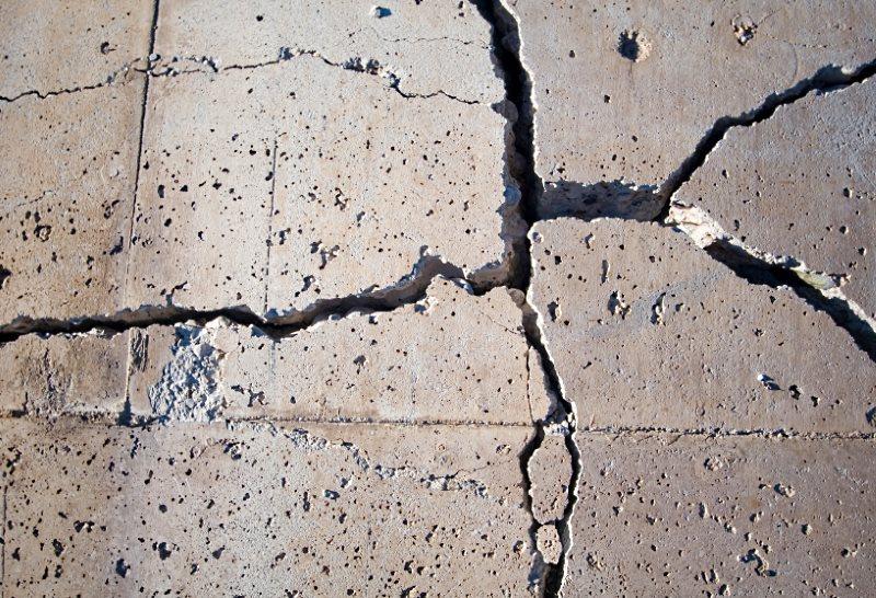Как самостоятельно выравнивать небольшие трещины в бетонном полу?