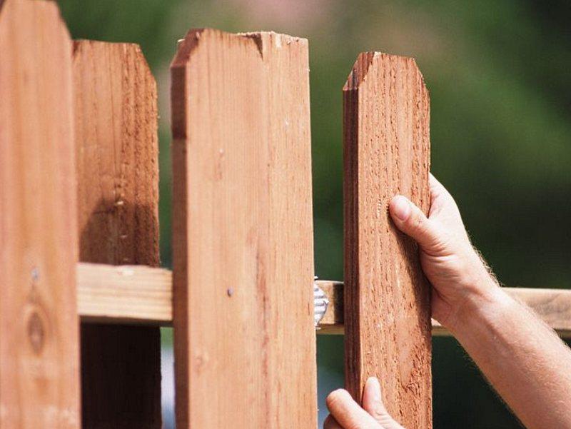 Особенности установки деревянного забора.