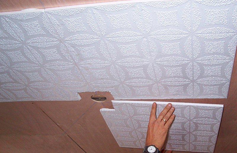 как правильно клеить первый ряд потолочной плитки
