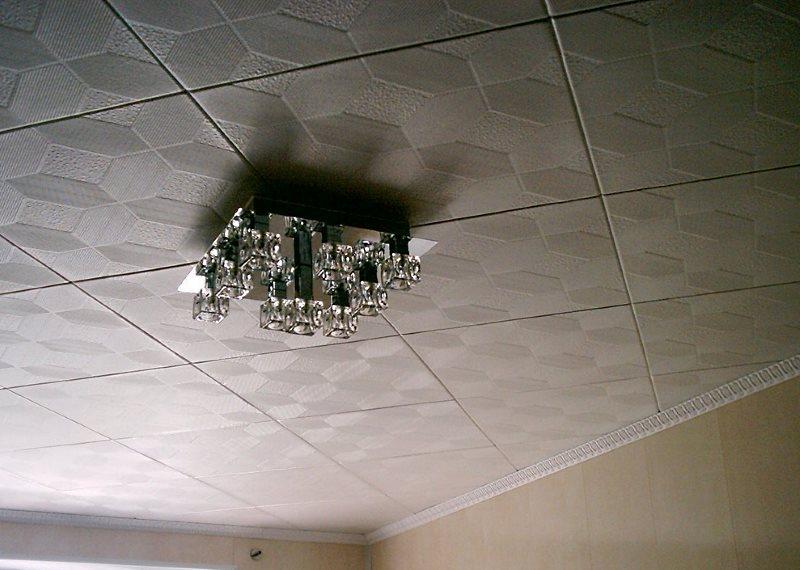 пример клеевого потолка