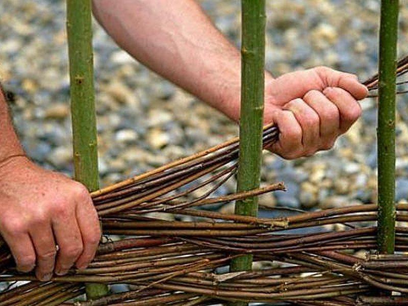 плетение маленького плетня для палисадника