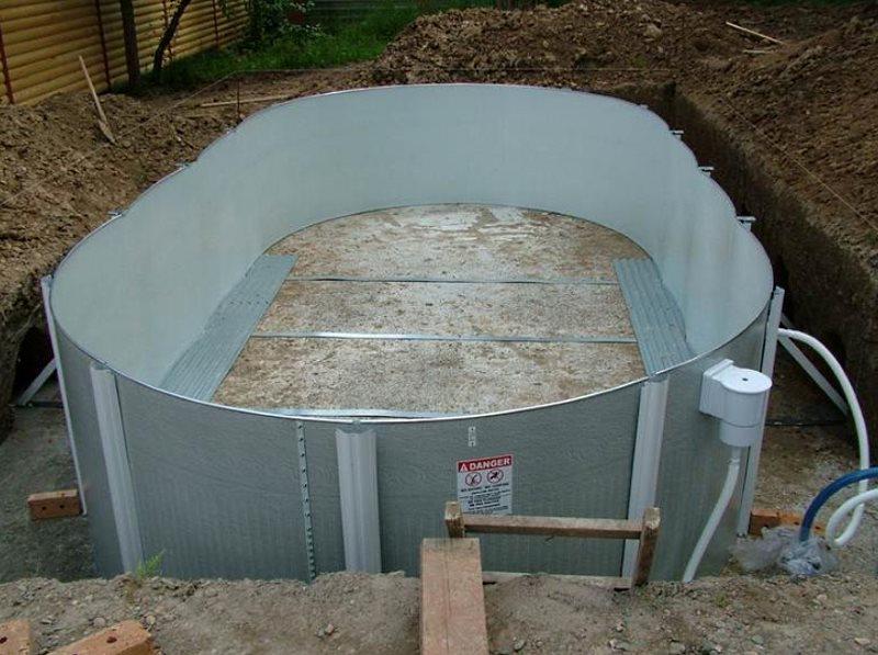 Бассейн на даче своими руками - один из этапов
