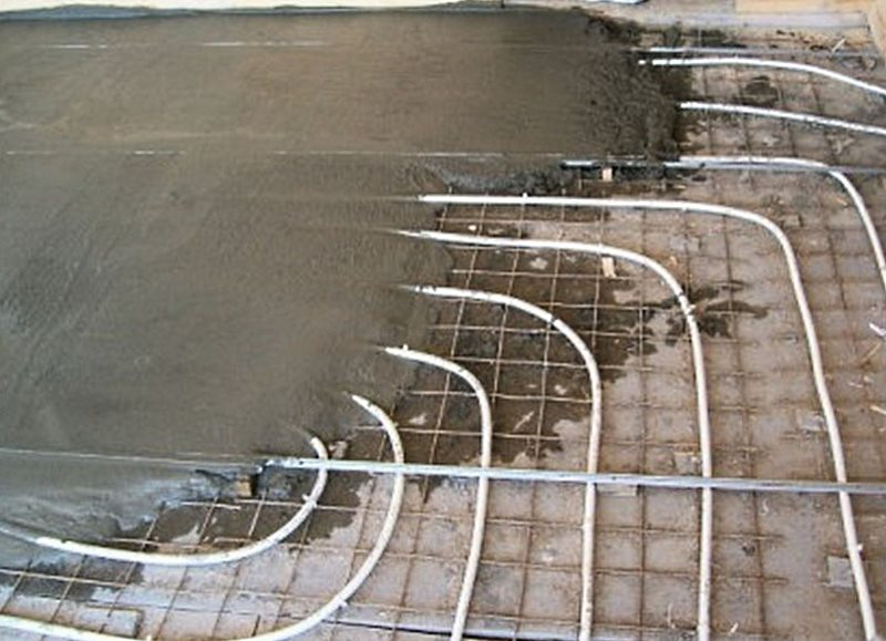 этап заливки бетонной стяжкой теплого водяного пола