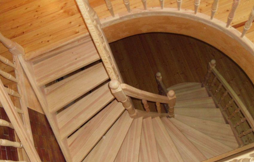 деревянная винтовая лестница на второй этаж