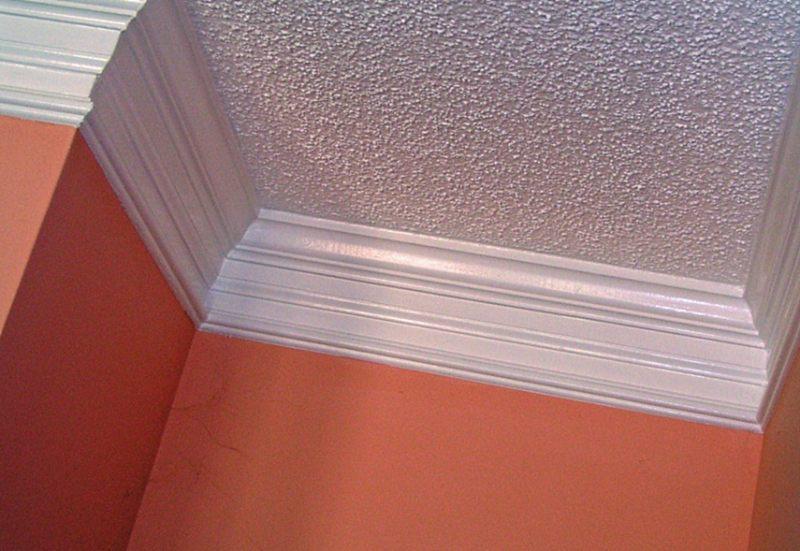 потолок с потолочным плинтусом