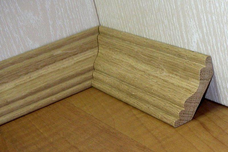 как крепить напольный деревянный плинтус в углах