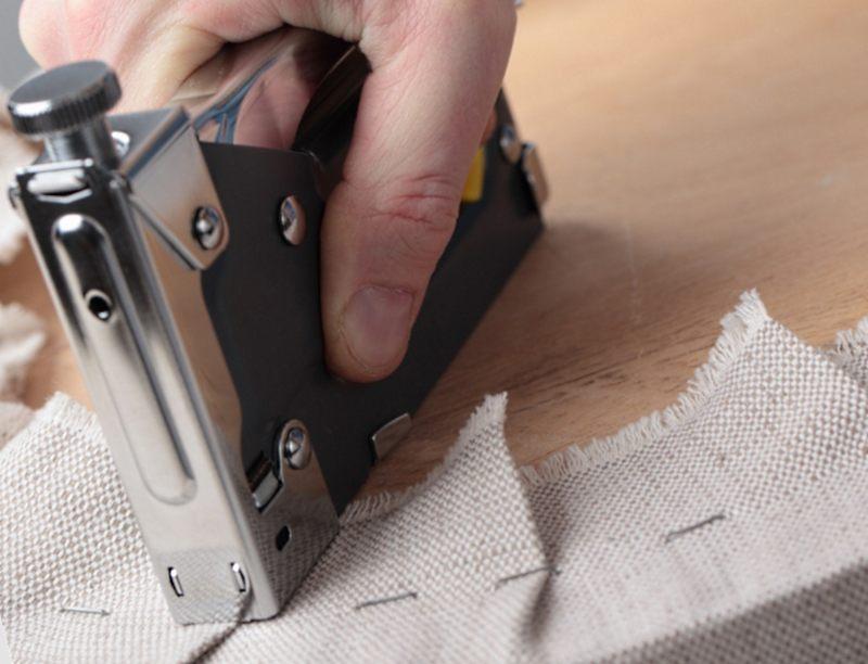 перетяжка мягкой мебели с помощью степлера