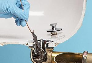 Как прочистить засор в ванной