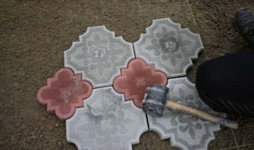 Выемка тротуарной плитки из формы