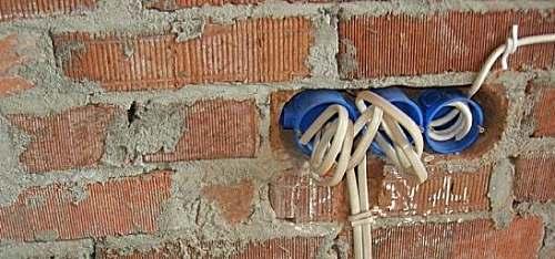 Установка подрозетников в кирпичной стене