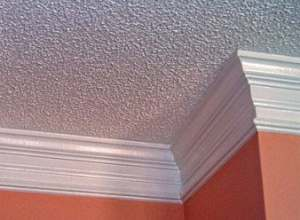 Как правильно приклеить потолочный плинтус?