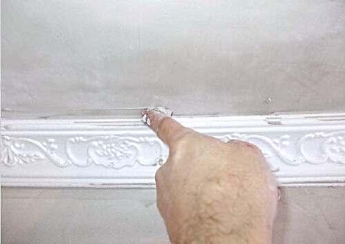 Как правильно приклеить потолочный плинтус