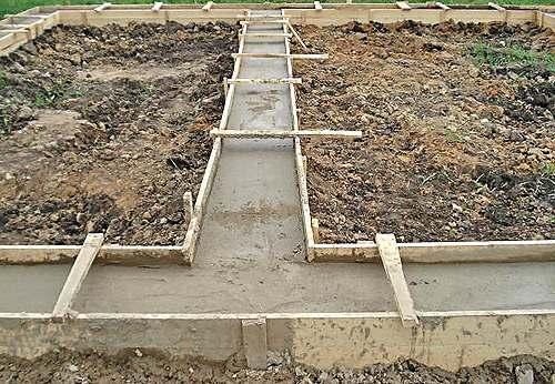 процесс заливки опалубки бетонным раствором