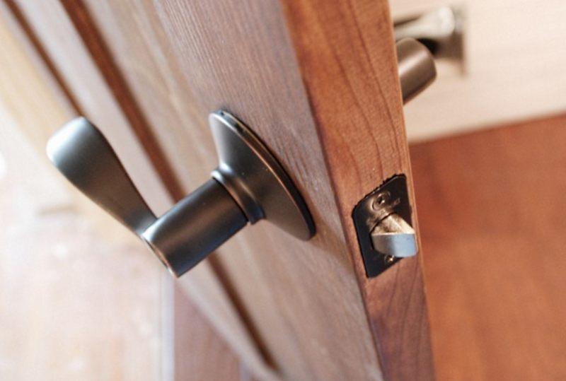 Сколько стоит установка межкомнатной двери?