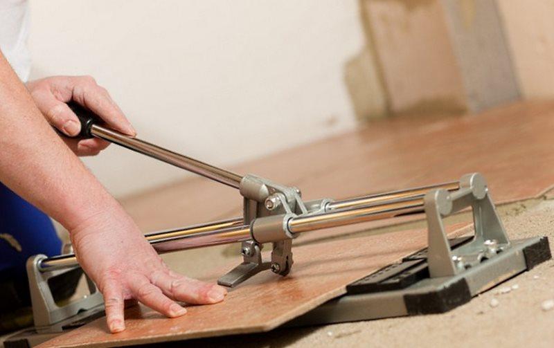 Как резать керамогранитную плитку плиткорезом